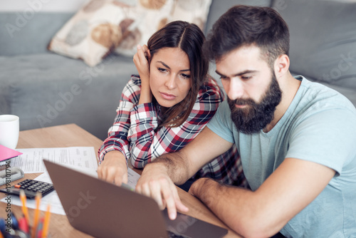 Photo  Couple calculating bills at home