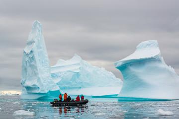 Zodijak koji krstari santama leda, Antarktik