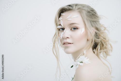 Photo sur Aluminium Akt woman with petals