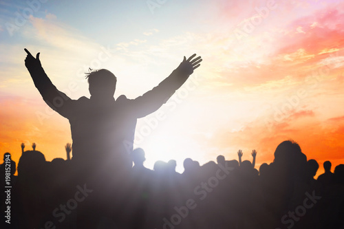 Fotografía Believers worship and commemorate Easter concept: group of silhouettes people wo