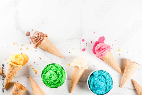 Zdjęcie XXL Różne domowe topnienia lodów w miseczkach i gofry lody, biały waniliowy, pomarańczowy, różowy berry, zielony, niebieski, czekolada biały marmur tło kopia widok z góry
