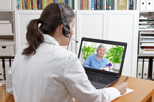Photo doctor video call patient drugs