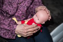 赤ちゃんの人形を抱く...