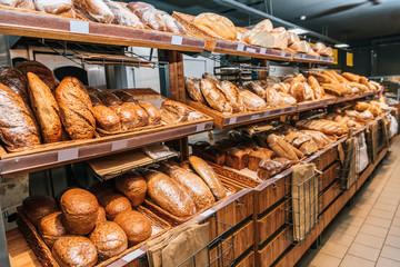 pogled izbliza na svježe pečenu pekaru u hipermarketu