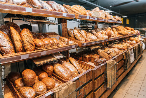 Fotografia close up view of freshly baked bakery in hypermarket