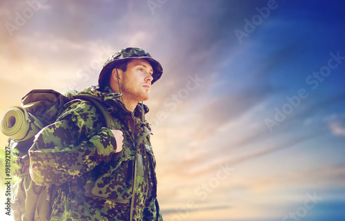 Fotografía  army, military service, travel and tourism concept - young soldier or traveler i