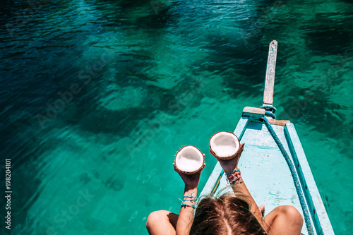 Poster Lieu connus d Asie Girl eating coconut on the boat in Asia