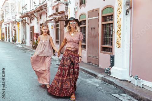 Poster Lieu connus d Asie Boho girl walking on the city street