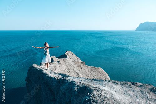 Fotografía  Girl standing on the mountain top