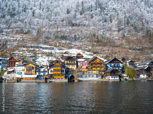 Papiers peints Cappuccino Alpine villages Hallstat in Austria One of the most beautiful winter season snow moutain colorful house