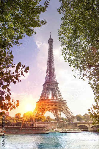 Papiers peints Paris Romantic sunset background. Eiffel Tower with boats on Seine river in Paris, France.