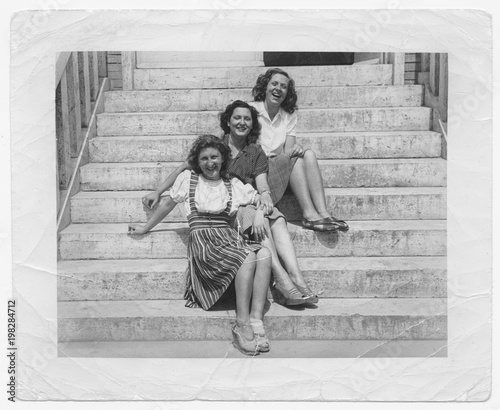 Fotografia  Happy women friends in 1945