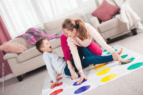 Valokuva Young mother playing twister with her son