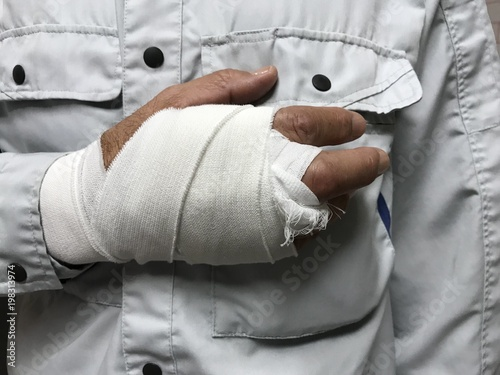 Fotografie, Obraz 仕事中に手を怪我した労働者