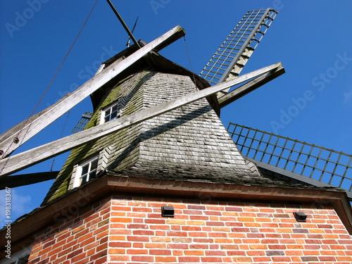 Papiers peints Moulins Die schöne alte Sinninger Mühle vor strahlend blauem Himmel aus der Froschperspektive in Sinningen bei Saerbeck im Kreis Steinfurt in Nordrhein-Westfalen