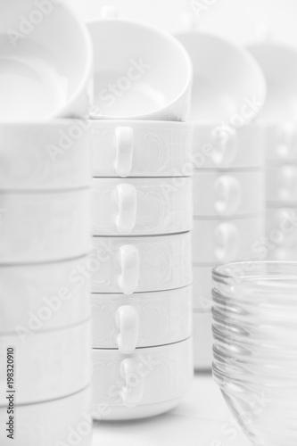 Photo Many white ceramic clean modern cups on table