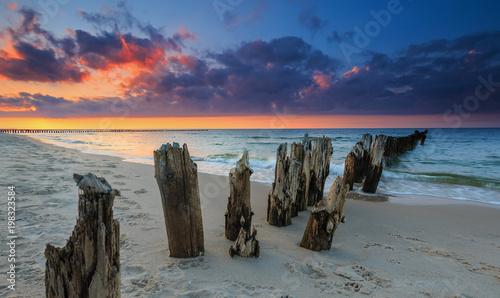 Fototapeta Zachód słońca na plaży Morza Bałtyckiego, pejzaż obraz