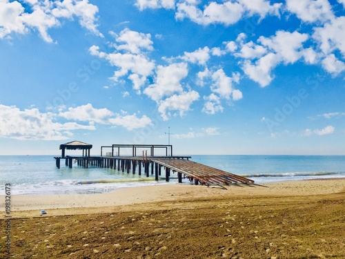 Spoed Foto op Canvas Inspirerende boodschap Wooden pier in Newport Beach,landscape green blue.