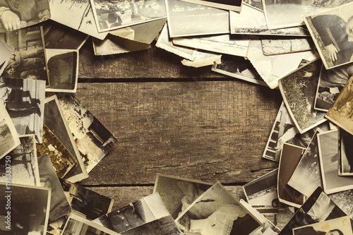 Obraz old photos on the wooden table - fototapety do salonu