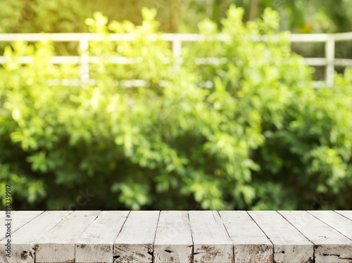 Poster Bois Empty wood table top on blur abstract green from garden and house background