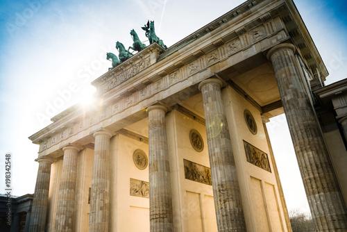 Zdjęcie XXL Brama Brandenburska (Brandenburger Tor), słynny punkt orientacyjny w Berlinie, Niemcy, przebudowany pod koniec XVIII wieku jako neoklasycystyczny łuk triumfalny