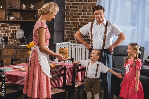 Photo 1950s style family having delicious pancakes for breakfast