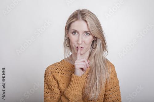 Fotografie, Obraz  Blondine bittet höflich um Ruhe