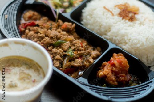 タイ料理、ガパオ、グリーンカレー、サラダのセット。テイクアウト、デリバリーのランチイメージ