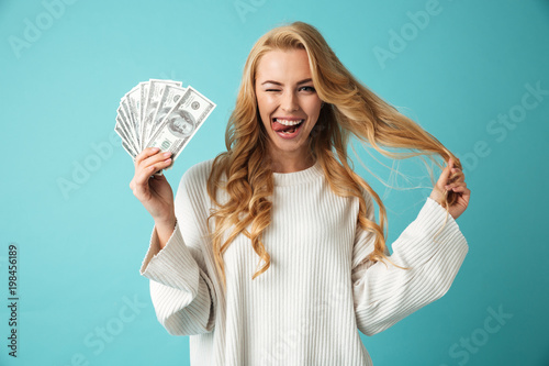 Fotografía  Portrait of a playful young blonde woman in sweater