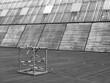 Kleine Absperrung auf einer ausgebesserten Stelle einer Fläche mit Schiffsdielen vor moderner Architektur am Medienhafen in Düsseldorf am Rhein, fotografiert in klassischem Schwarzweiß