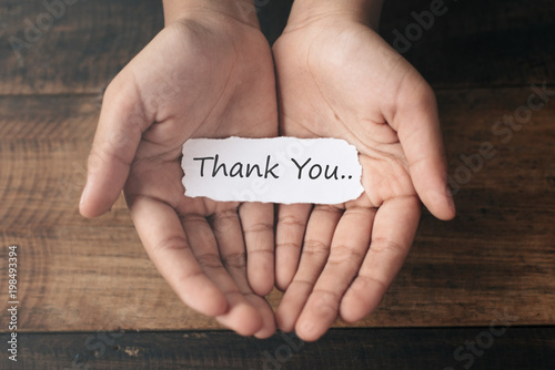 Photo a boy with a paper note in his hands with the words THANK YOU