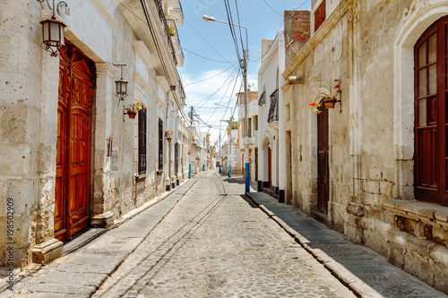 Colonial houses in an empty alley of the Yanahuara neighborhood in Arequipa (Per Fototapet