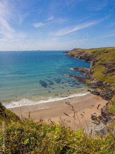 Photo Beautiful golden sands and rocky coves at Whitesands Bay, St Davids Peninsular,