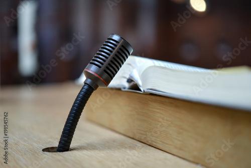 Fotografie, Obraz  Mikrofon in ein Tisch oder Pult eingearbeitet mit Buch – Nahaufnahme mit selekti