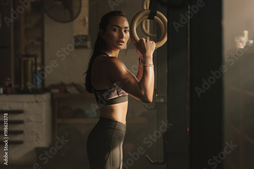 Photo sur Toile Fitness Woman holding gymnast rings at the gym