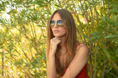 Fotografie, Obraz  Chica con pelo largo, gafas de sol y bisuteria
