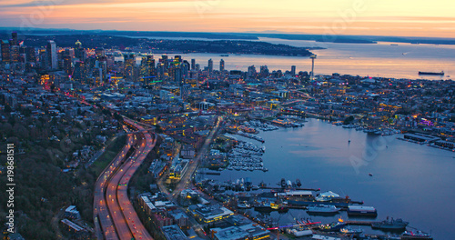 In de dag Luchtfoto Metropolitan Seattle Incredible Aerial View Sunset Waterfront City Lake Puget Sound Pacific Northwest Concept