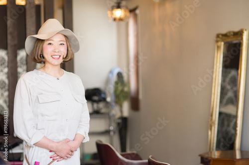 Fotografie, Obraz  お客を出迎える美容師