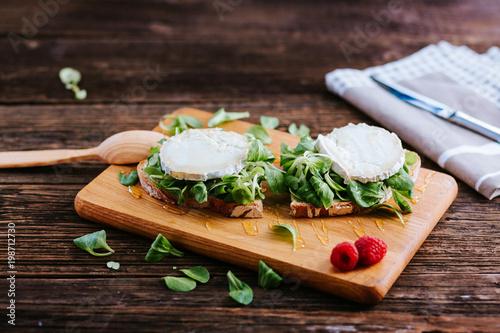 Plakat Chleb żytni - chleb własnego wypieku, ser kozi, sałata jagnięca, miód