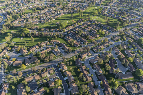 Foto op Plexiglas Luchtfoto Aerial view of homes and adjacent golf course in suburban Camarillo California.