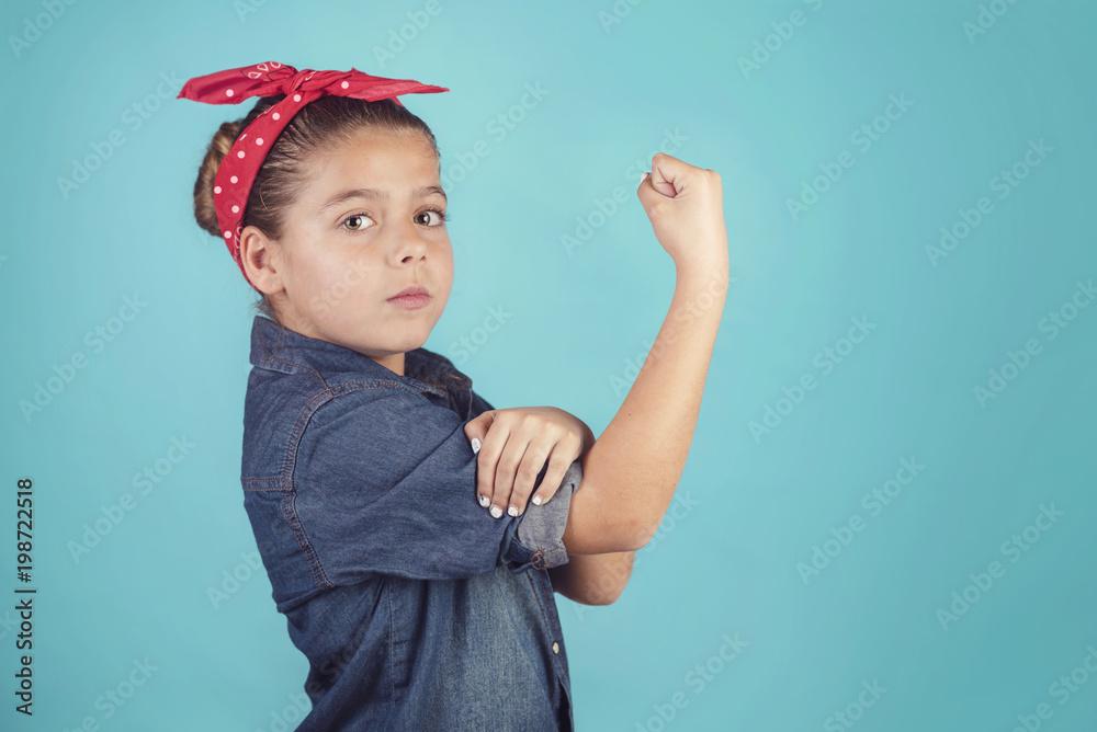Fototapeta niña feminista sobre fondo azul