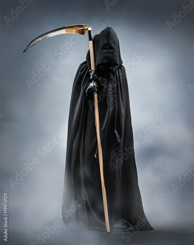 Fotomural Grim Reaper standing in the fog at night