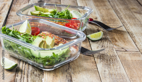 In de dag Assortiment Healthy meal prep containers with rukola, turkey grill, tomatoes and avocado