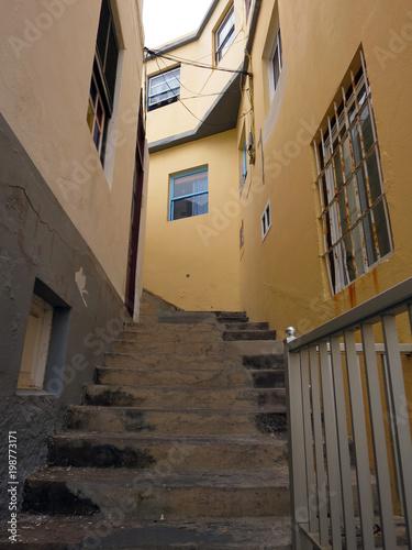 Foto op Canvas Smal steegje Treppe durch eine enge Gasse von Porto Naos
