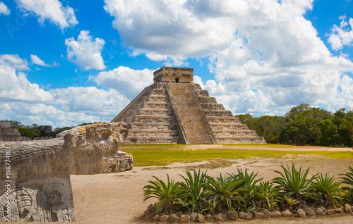 In de dag Mexico Mexico, Chichen Itza, Yucatn. Mayan pyramid of Kukulcan El Castillo