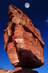 Fototapeta Góry Balanced Rock with Moon at the Garden of the Gods