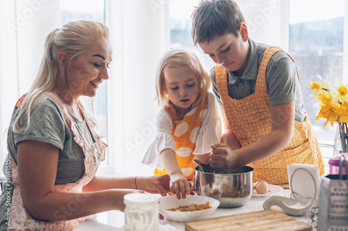 Poster Cuisine Mom cooking with kids on the kitchen