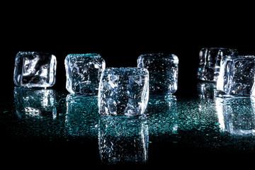 Kostka lodu z kroplą wody