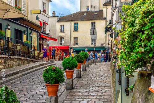 wygodna-ulica-z-stolami-kawiarni-w-dzielnicy-montmartre-w-paryzu-francja