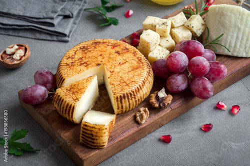 Papiers peints Assortiment Cheese, fruit platter and wine